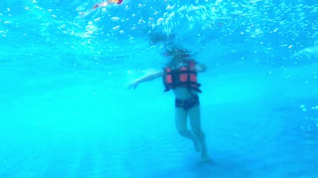nadador : Children in swimming pool underwater view. Little boy swims in water pool Stock Footage