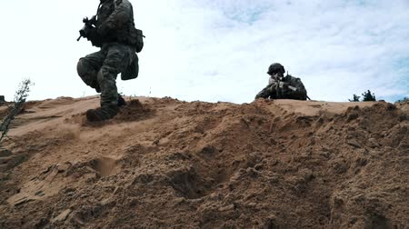 tropas : Military soldiers with weapons fighting in desert. Soldiers running on sand