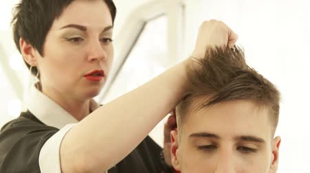 grzebień : Hairstylist drying male hair after hairdressing in barber shop. Close up barber styling hair with dryer after washing and cutting. Finish hairdressing in beauty salon.