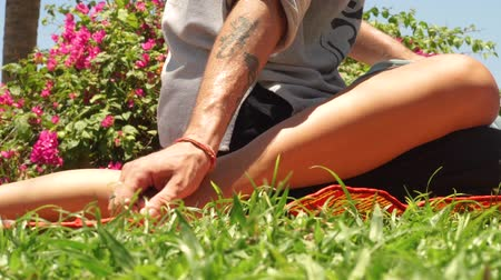 akupresura : Foot massage in thai style. Massagiste doing tahi massage to woman foot outdoor. Traditional acupuncture yoga massage. Alternative and traditional eastern medicine concept. Wideo