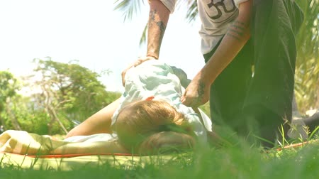 akupresura : Woman getting acupressure back massage outdoor. Yoga massage concept. Acupressure massage for treatment and rehabilitation body. Traditional eastern medicine.