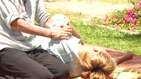 akupresura : Stretching massage for treatment pain in neck and back outdoor. Alternative and traditional medicine for muscle relaxation and recovery. Thai and yoga massage concept.