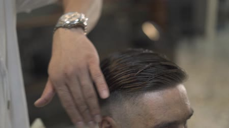 kuaför : Barber combing wet male hair with comb in hairdressing salon. Hairstylist doing male hairdo in barbershop. Man hairstyle and hair care concept.