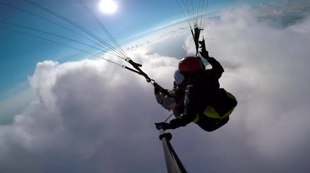 szybowiec : Man paragliders flying on paraplane in sky, clouds and skyline landscape. Point of view selfie action camera paragliders flying on paraplane. Active sport and extreme hobby.