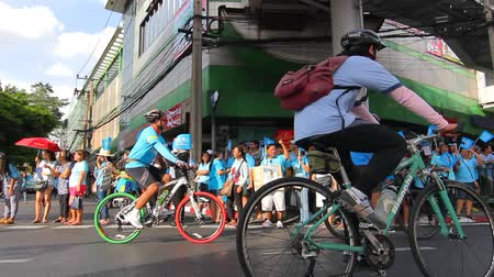 atividades de lazer : BANGKOK CITY, THAILAND - August 16, 2015: Unknown person, Activities Cycling bike for mom people cycling for the Queen of Thailand, in Bangkok thailand.