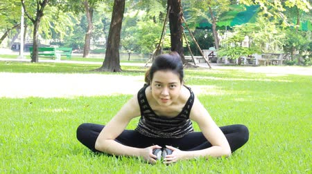 délkelet Ázsia : Portrait of thai adult beautiful girl doing yoga exercises in the park