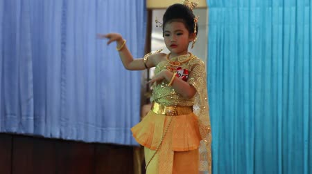 realeza : Cute girl in thai traditional costume in a carnival to celebrate the Loy Krathong Festival, river goddess worship ceremony.