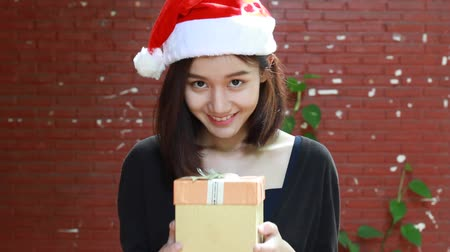подарок : Portrait of thai adult student university beautiful girl hold gift box in hands Стоковые видеозаписи