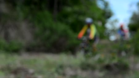 фокус : Out focus mountain biker ride off road track in the forest