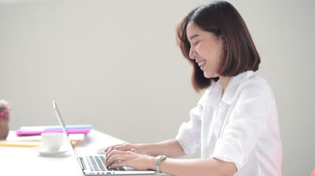 secretário : Happy Young Asian woman working with computer laptop