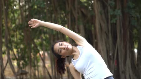 Slow motion teenage woman exercise stretch in a paruk 影像素材