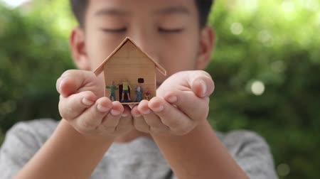 miniatűr : 4k close up slow motion at mini house model with family in little boy hands