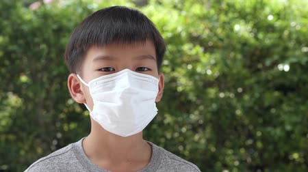 tosse : Young Asian boy wearing a face mask