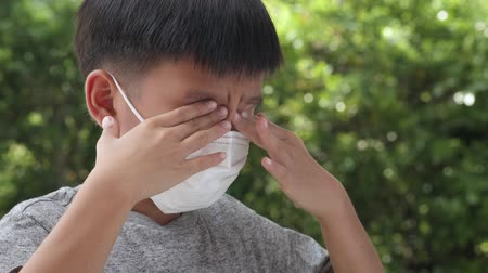 tosse : Boy wearing a face mask to protect virus and pollution
