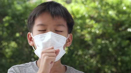 alerji : Young Asian boy wearing a face mask