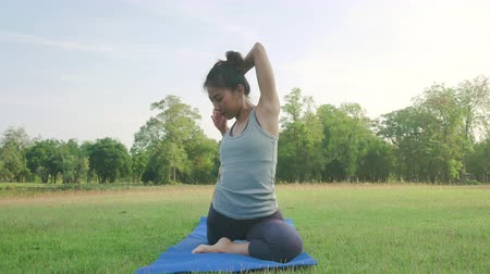 meditando : Young asian woman yoga outdoors keep calm and meditates while practicing yoga to explore the inner peace. Yoga and meditation have good benefits for health. Yoga Sport and Healthy lifestyle concept.