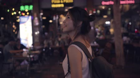 podróżnik : Traveler backpacker asian woman travel in Khao San road at Bangkok, Thailand. Happy young female spending holiday trip at amazing landmark and enjoy her journey traditional city in the night.