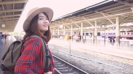 bagagem : Slow motion - Happy Asian woman waiting the train at train station for travel in summer. Travel Thailand concept.