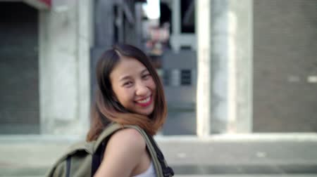 destinace : Slow motion - Asian backpacker woman feeling happy traveling in Beijing, China, cheerful beautiful young teenager blogger female walking at Chinatown. Lifestyle backpack tourist travel holiday concept