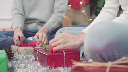 csomagolás : Asians packing and wrapping Christmas present to decorate living room at home in Christmas Festival.