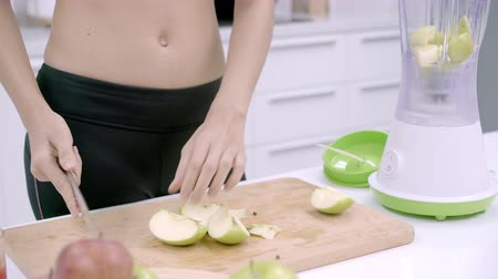 使用 : Sporty Asian woman prepare ingredient for make apple juice in the kitchen, female in sport clothing use organic fruit lots of nutrition making apple juice by herself at home. Healthy food concept.