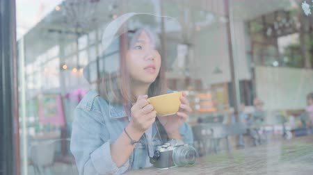 korejština : Business freelance Asian woman drinking warm cup of green tea or coffee while sitting on table in cafe. Lifestyle smart beautiful female relax in coffee shop concepts.