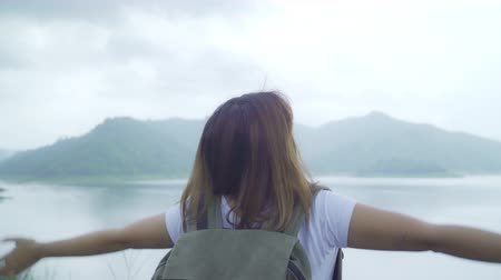 torebki : Hiker backpacker woman on hiking adventure feeling freedom walking in forest near lake in rainy day. Lifestyle women travel relax concept.