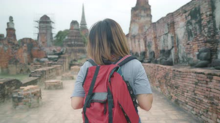 сумки : Traveler Asian woman spending holiday trip at Ayutthaya, Thailand, backpacker female enjoy her journey at amazing landmark in traditional city. Lifestyle women travel holidays concept. Стоковые видеозаписи