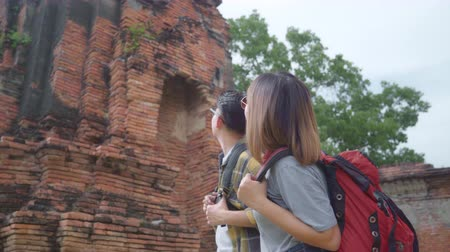 pas getrouwd : Traveler Asian couple spending holiday trip at Ayutthaya, Thailand, backpacker sweet couple enjoy their journey at amazing landmark in traditional city. Lifestyle couple travel holidays concept.