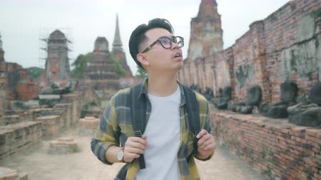 сумки : Traveler Asian man spending holiday trip at Ayutthaya, Thailand, backpacker male enjoy his journey at amazing landmark in traditional city. Lifestyle men travel holidays concept.
