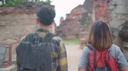 Аюттхая : Traveler Asian couple spending holiday trip at Ayutthaya, Thailand, backpacker sweet couple enjoy their journey at amazing landmark in traditional city. Lifestyle couple travel holidays concept.