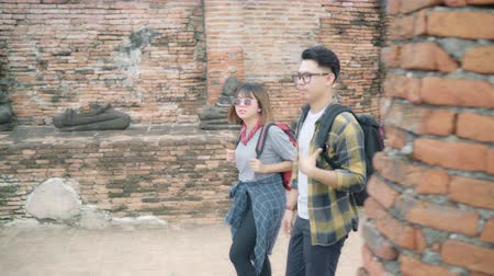 gençlik kültürü : Traveler Asian couple spending holiday trip at Ayutthaya, Thailand, backpacker sweet couple enjoy their journey at amazing landmark in traditional city. Lifestyle couple travel holidays concept.