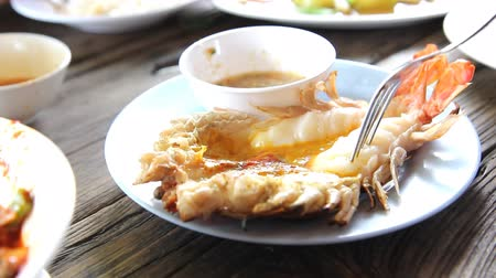 görsel : Grilled fresh big shrimp (Macrobrachium rosenbergii) at Thailand seafood restaurant.