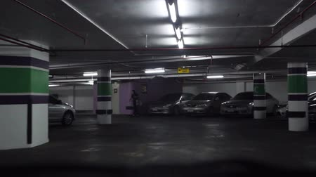 garagem : Driving on underground parking Vídeos