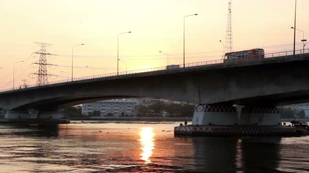 útkereszteződés : Sunset on the bridge above Chaophaya river in Bangkok, Thailand Stock mozgókép