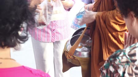 szerzetes : People giving food to Buddhist monks, Bangkok Thailand