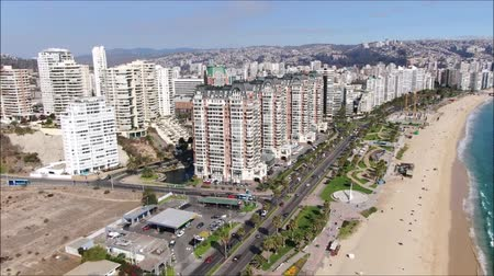 チリ : Aerial view of a city and a beach in Chile