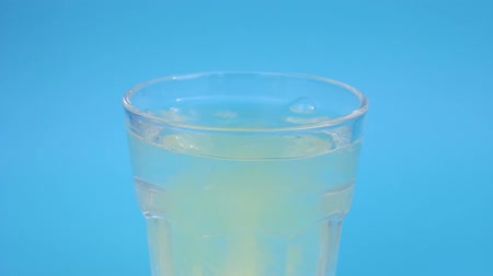 vitamina : Bubbles from effervescent tablets in a glass with water. Stock Footage