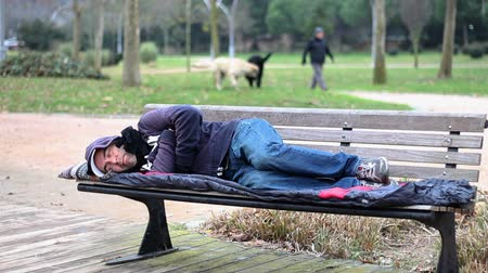 desemprego : Homeless man sleeping on bench
