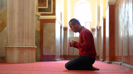 rosário : Muslim man worshiping