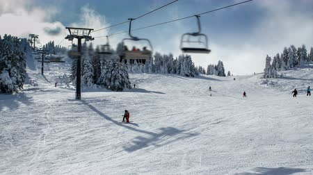 mais alto : Mountain winter ski resort ski lift. Time lapse Vídeos