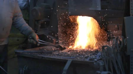 kılıç : Blacksmith forging iron in workshop Stok Video