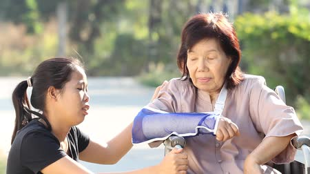 estilo de vida : Young asian woman is taking care the senior woman patient in Thailand