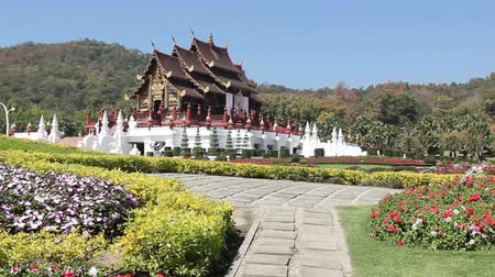 традиционный : Traditional thai architecture in the Lanna style , Royal Pavilion (Ho Kum Luang), Chiang Mai, Thailand Стоковые видеозаписи
