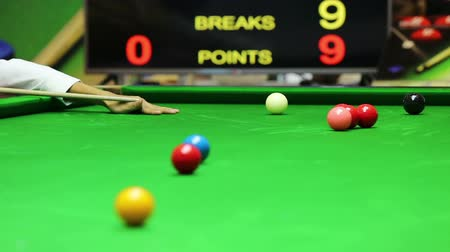 poolbiljart : zinken de zwarte bal op de break, snooker Stockvideo