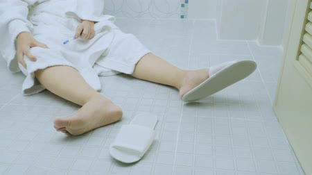traumatic : Woman falling in bathroom because slippery surfaces Stock Footage