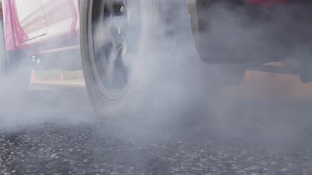 arrasto : Drag racing car burns rubber off its tires in preparation for the race Vídeos