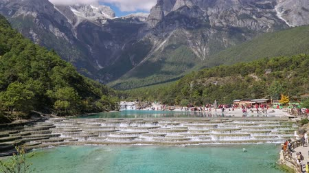 draak : Stroomversnellingrivier of Baishui-Rivier en Jade Dragon Snow Mountain, Lijiang, Yunnan, China. Time-lapse