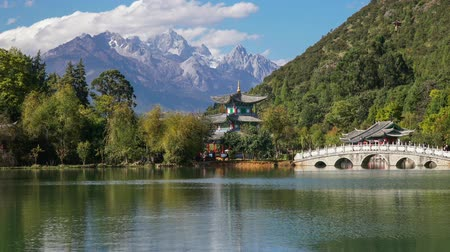 sárkány : Jade Dragon Snow Mountain and the Suocui Bridge over the Black Dragon Pool in the Jade Spring Park, Lijiang, Yunnan province, China.