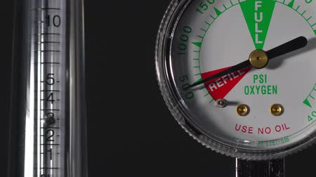 tű : Close-up of medical oxygen flow meter  shows low oxygen or an nearly empty tank Stock mozgókép